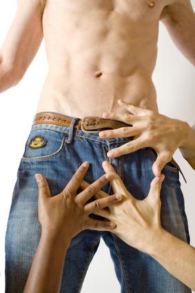 dłonie opierające się o spodnie